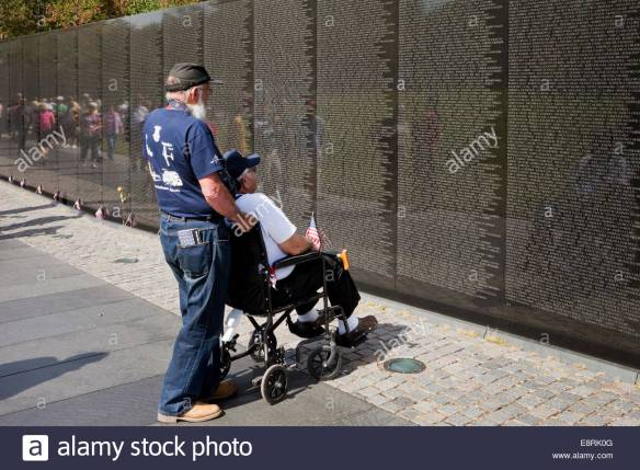 veteran-in-wheelchair-visiting-vietnam-veterans-memorial-wall-washington-E8RK0G